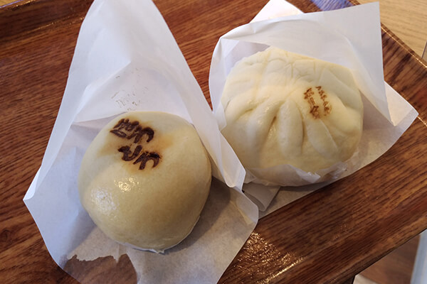 Yamanashi-style noodle soup flavored steamed bun (left) and Fujizakura pork steamed bun