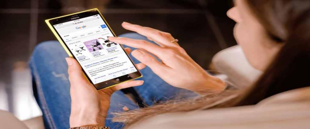 Optimizar las campañas de anuncios dinámicos. Mujer viendo anuncios en el móvil.