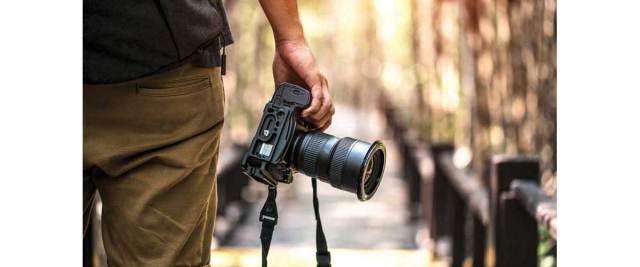 Cómo optimizar las imágenes a nivel SEO. Fotógrafo con una cámara.