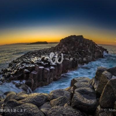 柱状節理と断崖との間に押し寄せる波