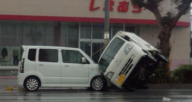 台風時の車の運転対策!横転、水没しないために。保険は?