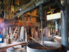 In der Ölmühle wird aus Erdnüssen, in mehreren Schritten Erdnussöl gepresst. Wie genau das vor sich geht, wird in einem sehenswerten Film erklärt.