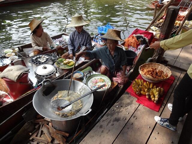 バンコクの水上マーケットで売られていたバナナの天ぷら
