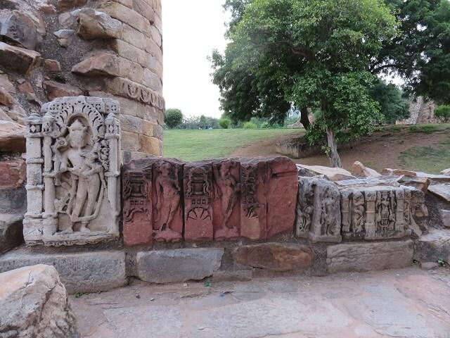 デリーのクトゥブ・ミナールに残る神様の像