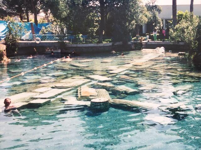 トルコのパムッカレの遺跡が沈む温泉