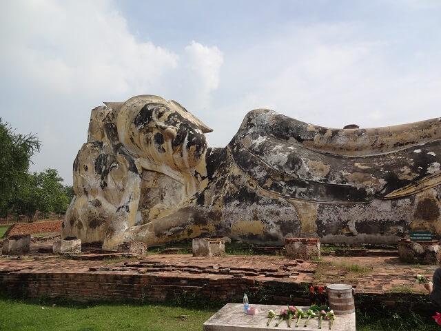 タイのアユタヤ遺跡の涅槃像