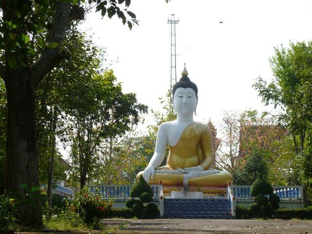 バンコクの水上マーケットへ向かい水路のそばにあったお寺