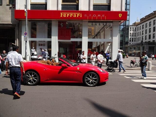 イタリア・ミラノ大聖堂そばのフェラーリのお店