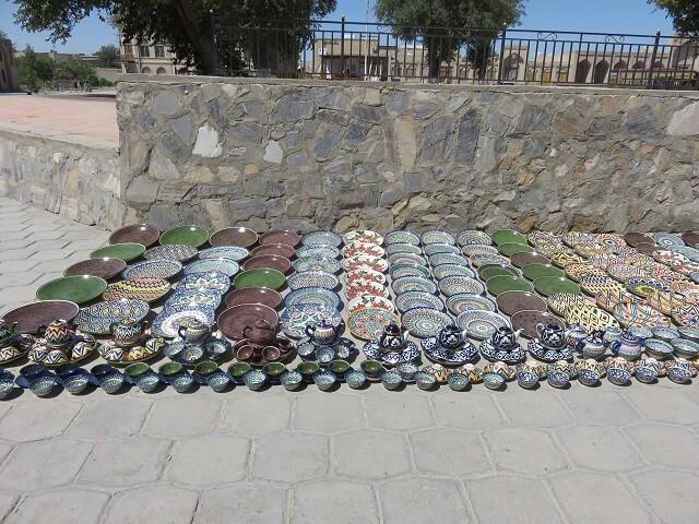 ウズベキスタンで見た食器の露店