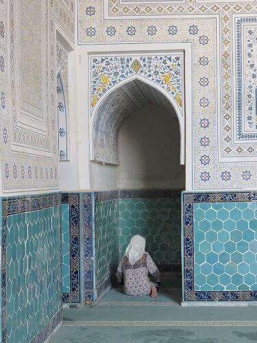 ウズベキスタンでお祈りする女性