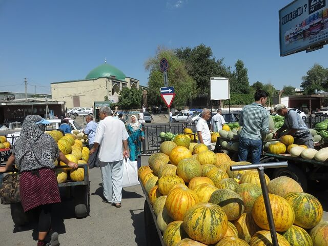 タシケントのチョルスバザールの外で売られている果物