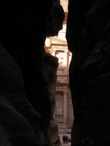 ヨルダン・ペトラ遺跡シークの裂け目から見えるエルハズネ