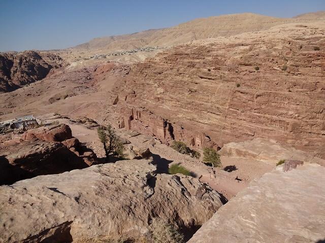 ヨルダン・ペトラ遺跡の犠牲祭壇からの眺め