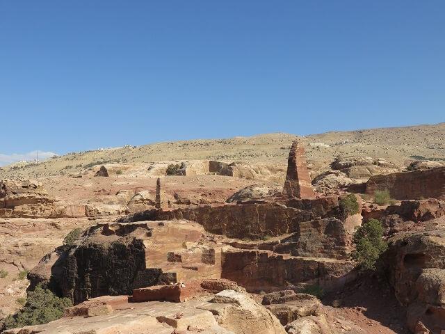 ヨルダン・ペトラ遺跡の犠牲祭壇近くのオベリスク