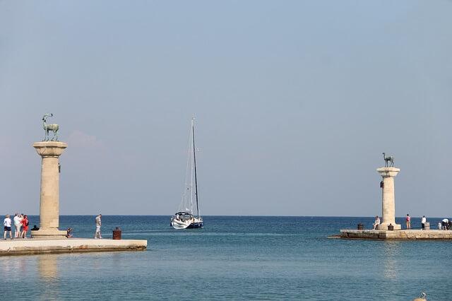 ギリシャのロードス島の巨人像があったとされる場所