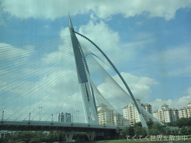 マレーシア・プトラジャヤ湖に架かるスリワワサン橋