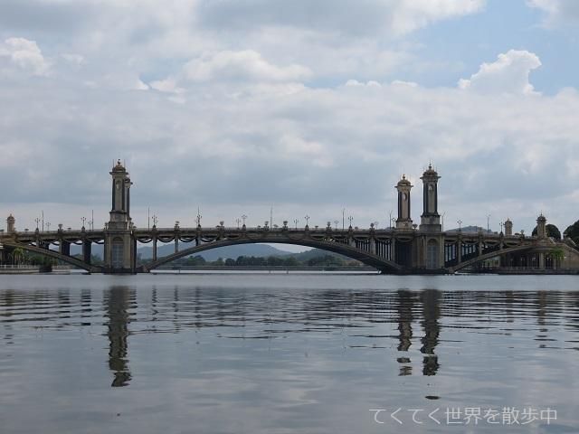 マレーシア・プトラジャヤ湖に架かるセリゲミラン橋