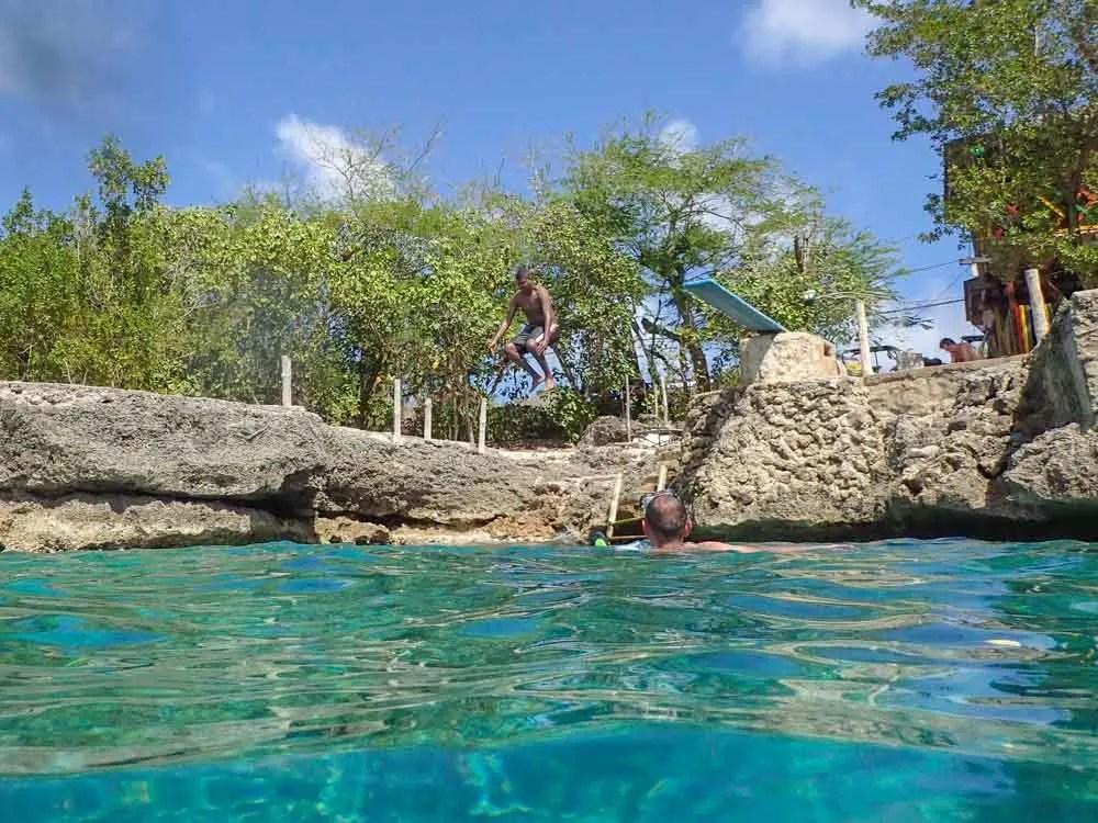 San Andrés La Piscinita- man diving into water