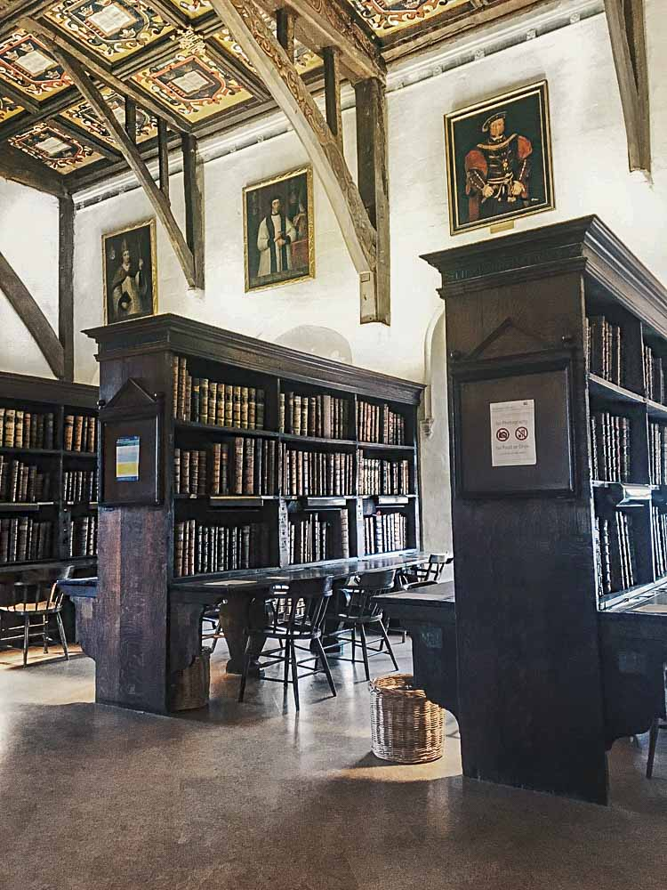 Libraries around the world: England Oxford Bodleian  Duke Humphrey's Library Harry Potter, bookshelves and table