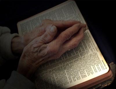 Resultado de imagen para manos de anciana orando