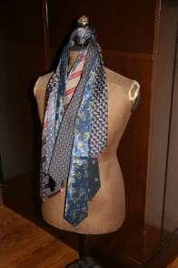 Wayome Upcycling cravates sur mannequin bois coté