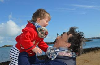 Wayome Upcycling echarpes bucheron enfant et homme dans les bras paysage