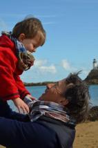 Wayome Upcycling echarpes bucheron enfant et homme dans les bras portrait