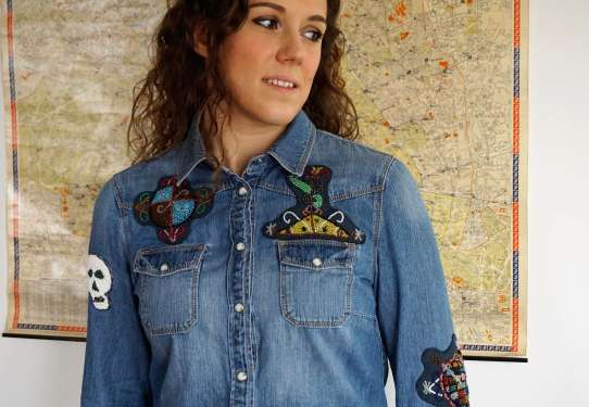 Wayome Upcycling patch vaudou chemise jeans regard droite