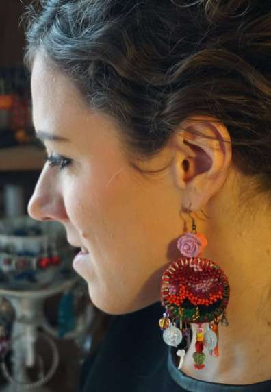 Wayome Upcycling Boucles d'oreilles en canevas profil gauche regard bas