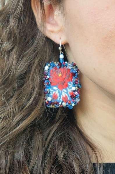 Wayome Upcycling des boucles d'oreilles fabriquées avec des rubans zoom rouge
