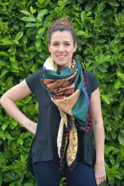 Wayome Upcycling foulard cheval droit bras sur hanche