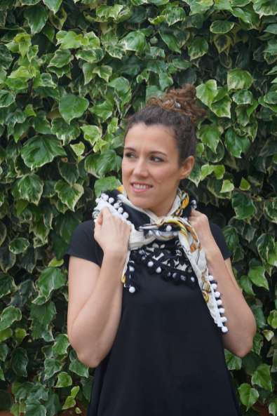 Wayome Upcycling foulard noir et blanc droit regard gauche