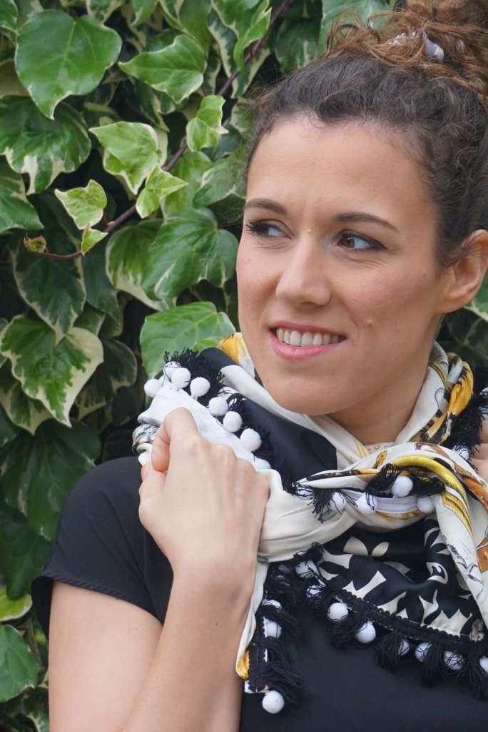 foulard noir et blanc zoom regard gauche