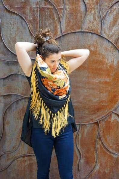 Wayome Upcycling foulard noir et jaune droite fermeture cou