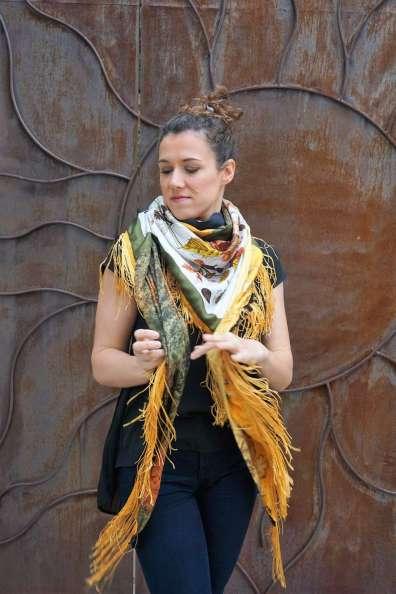 Wayome Upcycling foulard noir et jaune droite mouvement noeud
