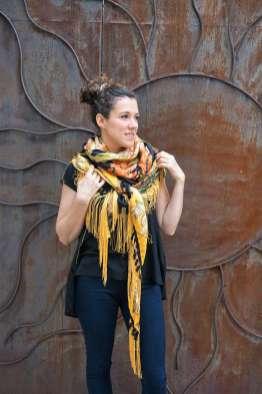 Wayome Upcycling foulard noir et jaune droite regard droite