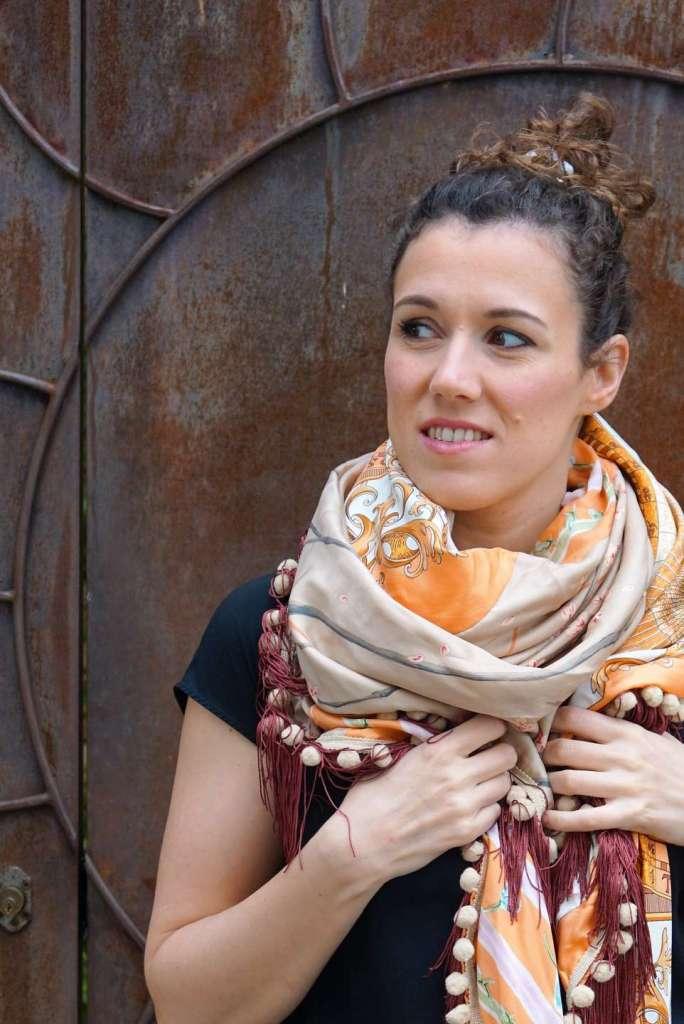 foulard orange et crème devant noeud zoom