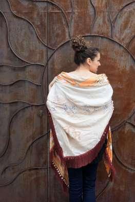Wayome Upcycling foulard orange et crème dos epaule regard droite