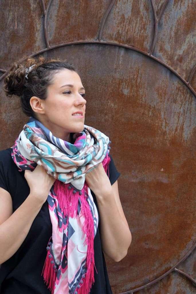 foulard rose fushia regard droite