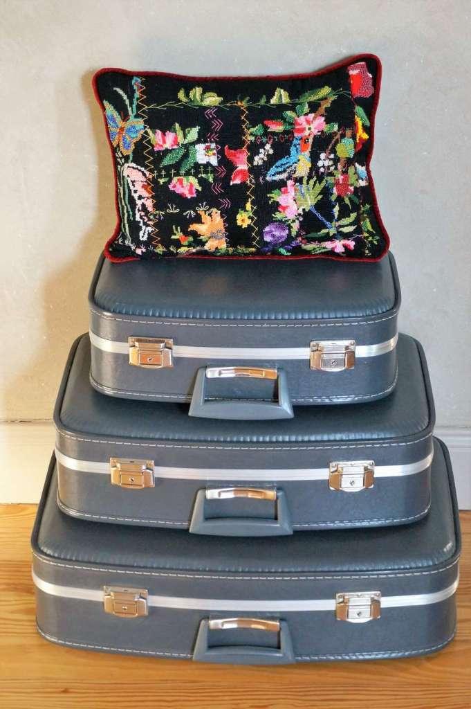 Wayome Upcycling un coussin entièrement rebrodé de perles avec valises