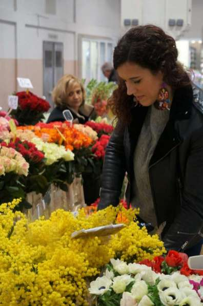 Wayome upcycling faire son marché avec de belles boucles d'oreilles en canevas fleurs regard bas