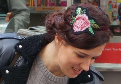 Un headband avec une rose en canevas rebrodée de perles de rocailles