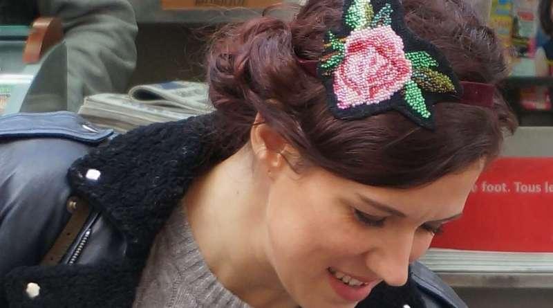 Wayome upcycling Un headband avec une rose en canevas rebrodée de perles de rocailles image une
