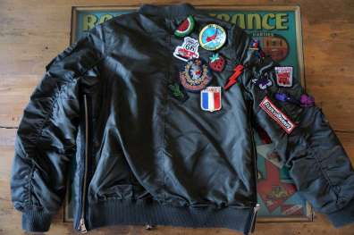 Wayome Upcycling Upcycling d'un bombers avec des patchs dos