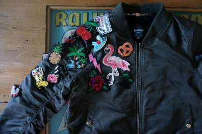 Wayome Upcycling Upcycling d'un bombers avec des patchs gauche zoom