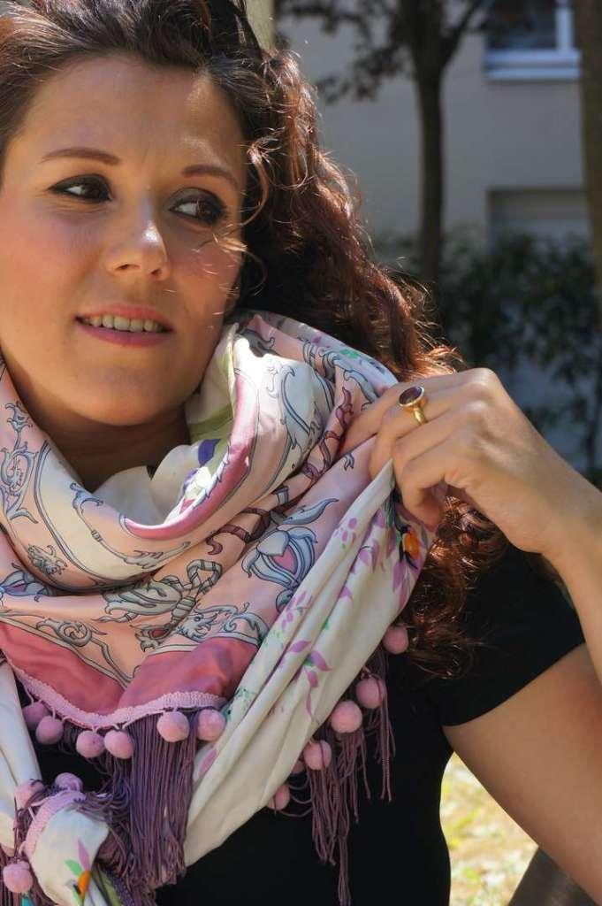 Wayome upcycling Mon foulard rose et violet préféré regard droite