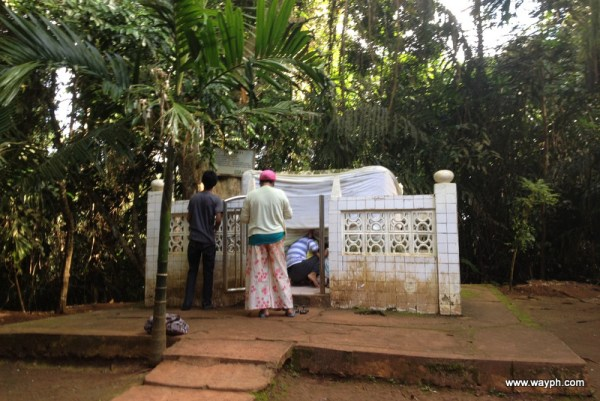 Rituals at tomb