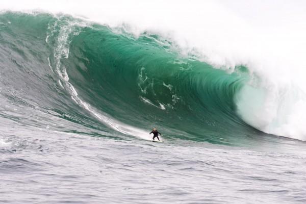 Alistair Craft descendo onda gigante em Ghost Tree