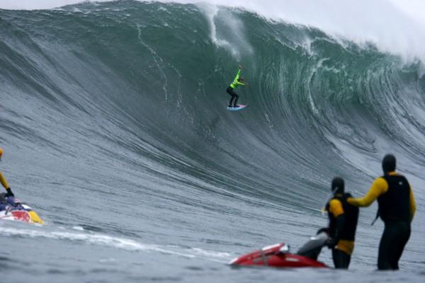 Mark Healey despencando da onda gigante de Dungeon