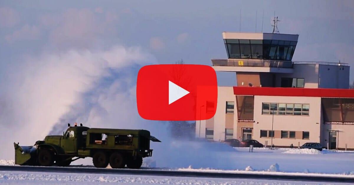 Mieleckie lotnisko walczy z zimą. Jak wygląda jego odśnieżanie? [VIDEO]